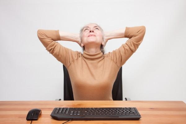パソコンにお手上げのシルバー世代の女性