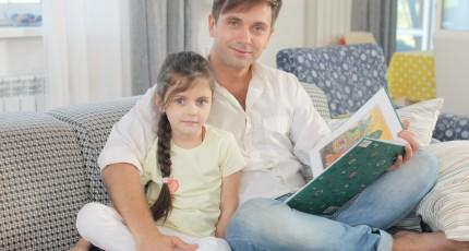 絵本を読む父と娘