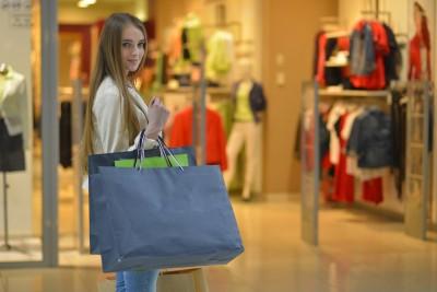 買い物する若い女性