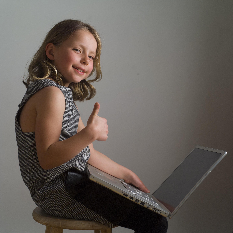 お母さんの真似をしてパソコンをする少女