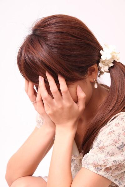 「騙された」と泣く女性