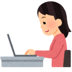 パソコンで在宅ワークをする女性